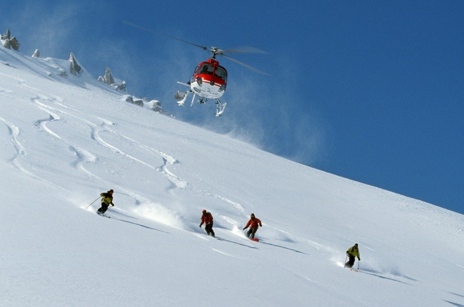 Heli_Skiing_Turkey_-_skiers_and_heli