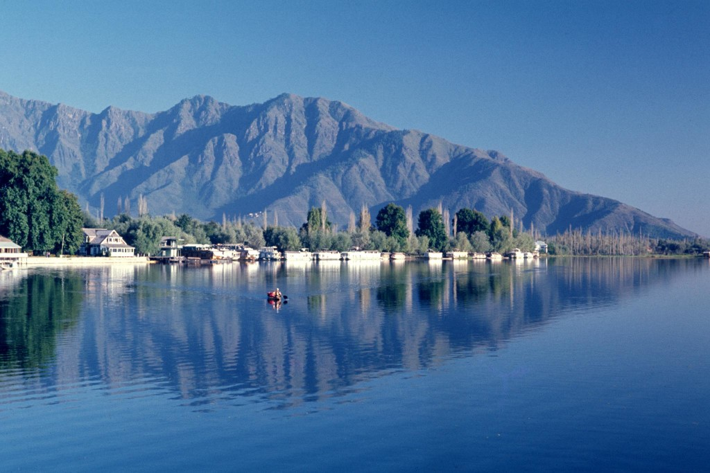 dal-lake-best-place-to-visit-in-kashmir